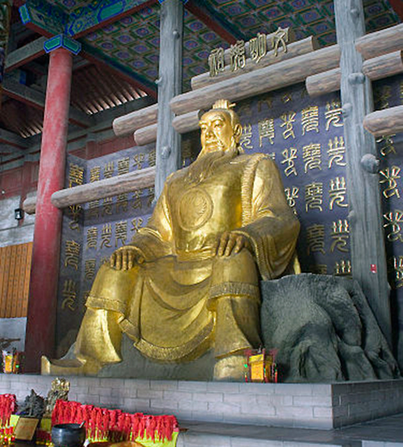 King Yao statue. Source of image: commons.wikimedia.org/wiki/File:J81929_Linfen_20140706-094434.58_36.05346,111.49097_TempleEmpereurYao.jpg