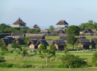 Reconstruction of village from Yayoi period. Image: http://www.tabirai.net/sightseeing/tatsujin/0000033.aspx