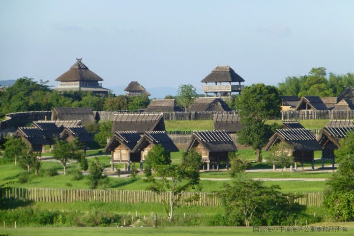 Reconstruction of village from Yayoi period. Image: http://www.tabirai.net/sightseeing/tatsujin/0000033.aspx